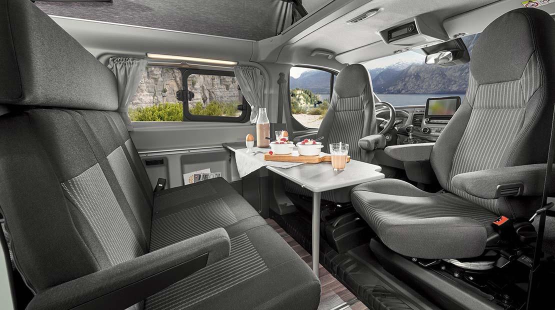 Location d'un Ford Nugget avec toit relevable - pièce à vivre
