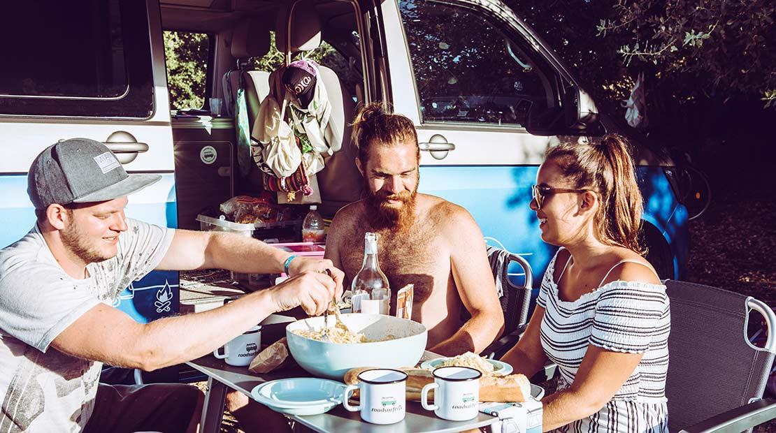 Louer un van aménagé : manger en extérieur