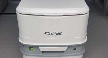 Les toilettes portables du van aménagé