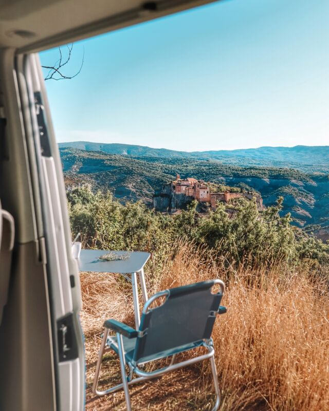 Wenn du jetzt gerne hier sitzen würdest, einmal bitte ☀️ in die Kommentare posten! #träumenerlaubt ▪️▪️▪️  If you'd like to sit here right now post a ☀️ in the comments! #dreamingallowed #frühfreuer #roadsurfer #reiselust #bulli #freunde #fernweh #travel #traveltheworld #camping #campervan #campervanlife #vwcalifornia #beachhostel #sufersuite #campermieten #roadsurfer #roadsurferfamily #roadsurfer_camper #vanlifegermany #roadsurfing